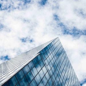 蓝天下的灰色混凝土建筑