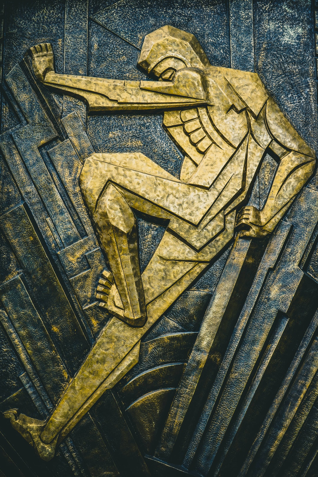 golden art deco statue photo by igor ovsyannykov igorovsyannykov on unsplash. Black Bedroom Furniture Sets. Home Design Ideas