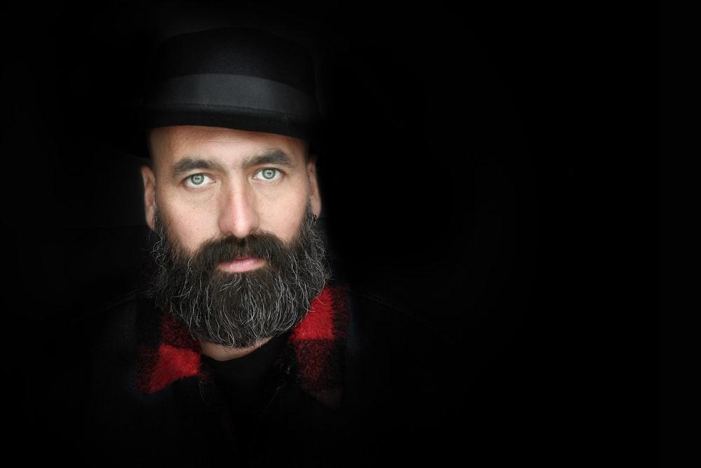 man wearing fedora hat closeup photography