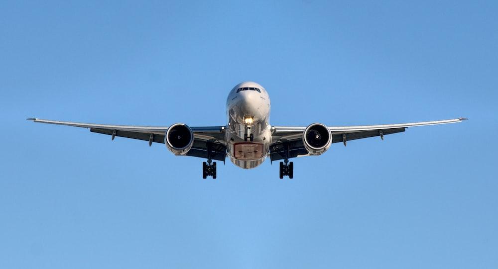 airplane in midair at daytime