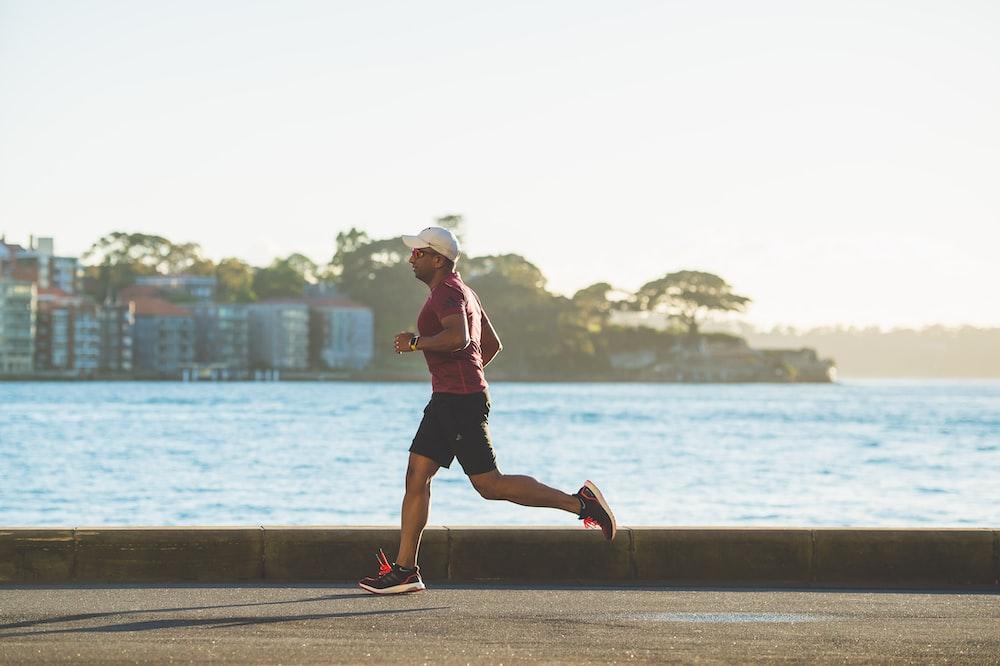 昼間に海の近くを走っている男