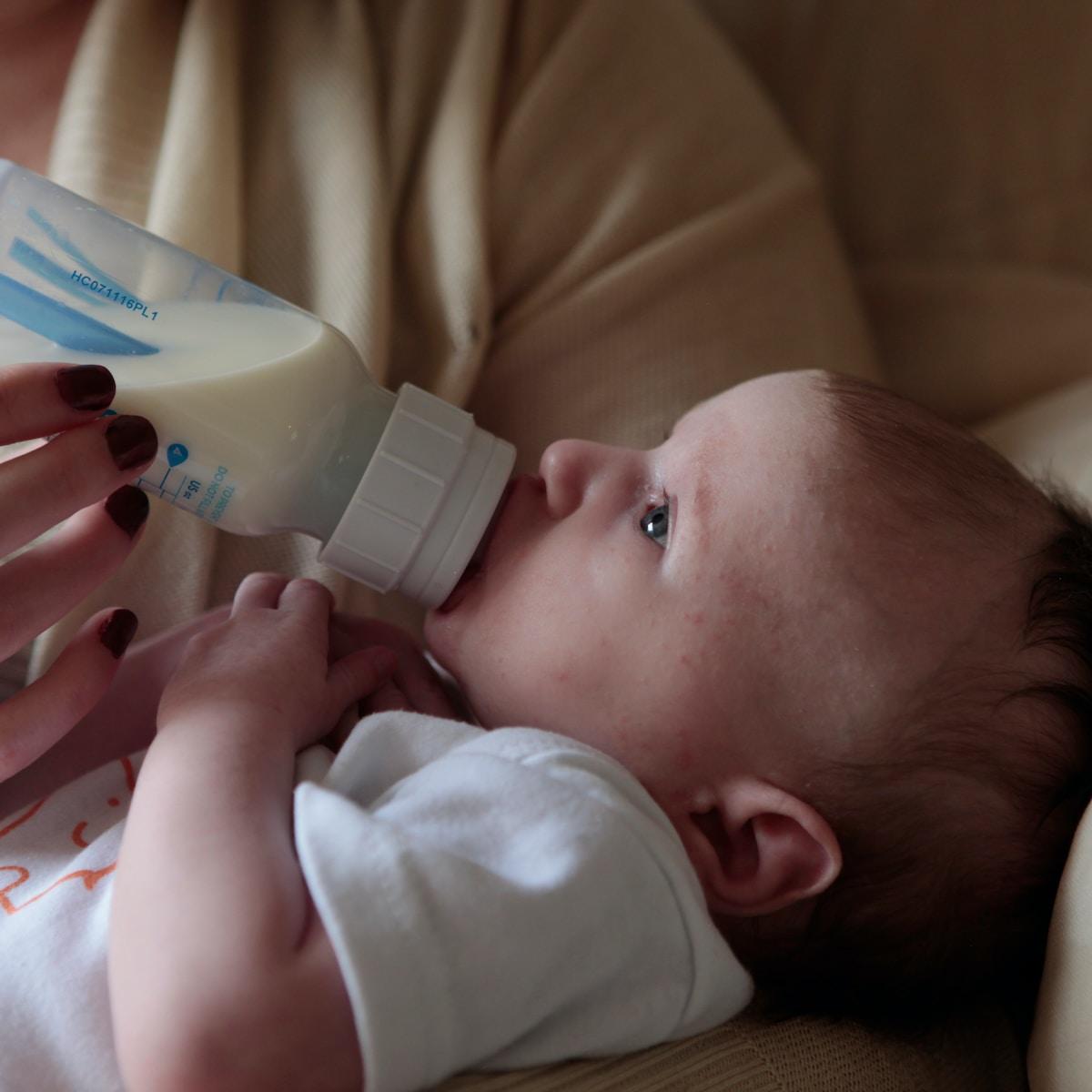 leche materna artificial, Baby feeding from a bottle
