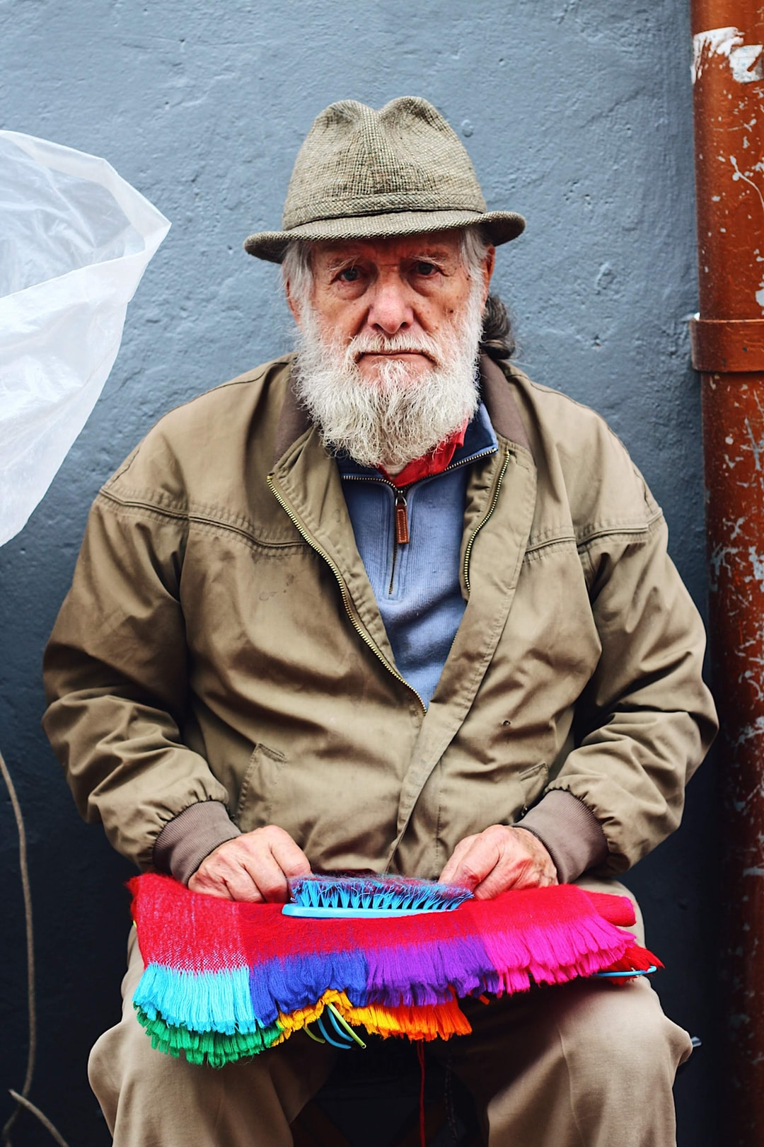 Senhor com chapéu fazendo artesanato em Bogotá, Colômbia