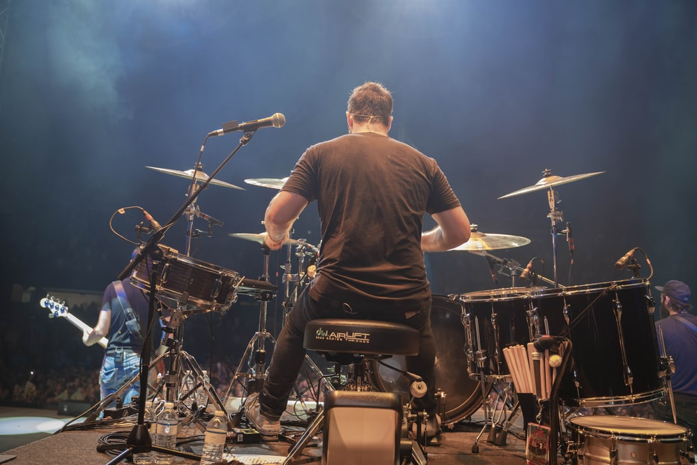 ドラムセットを演奏しようとしている男