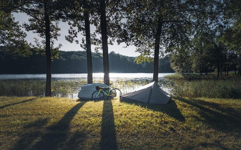 Cykel ved siden af telt på cykelferie.