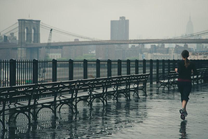 〔我思〕跑在雨裡