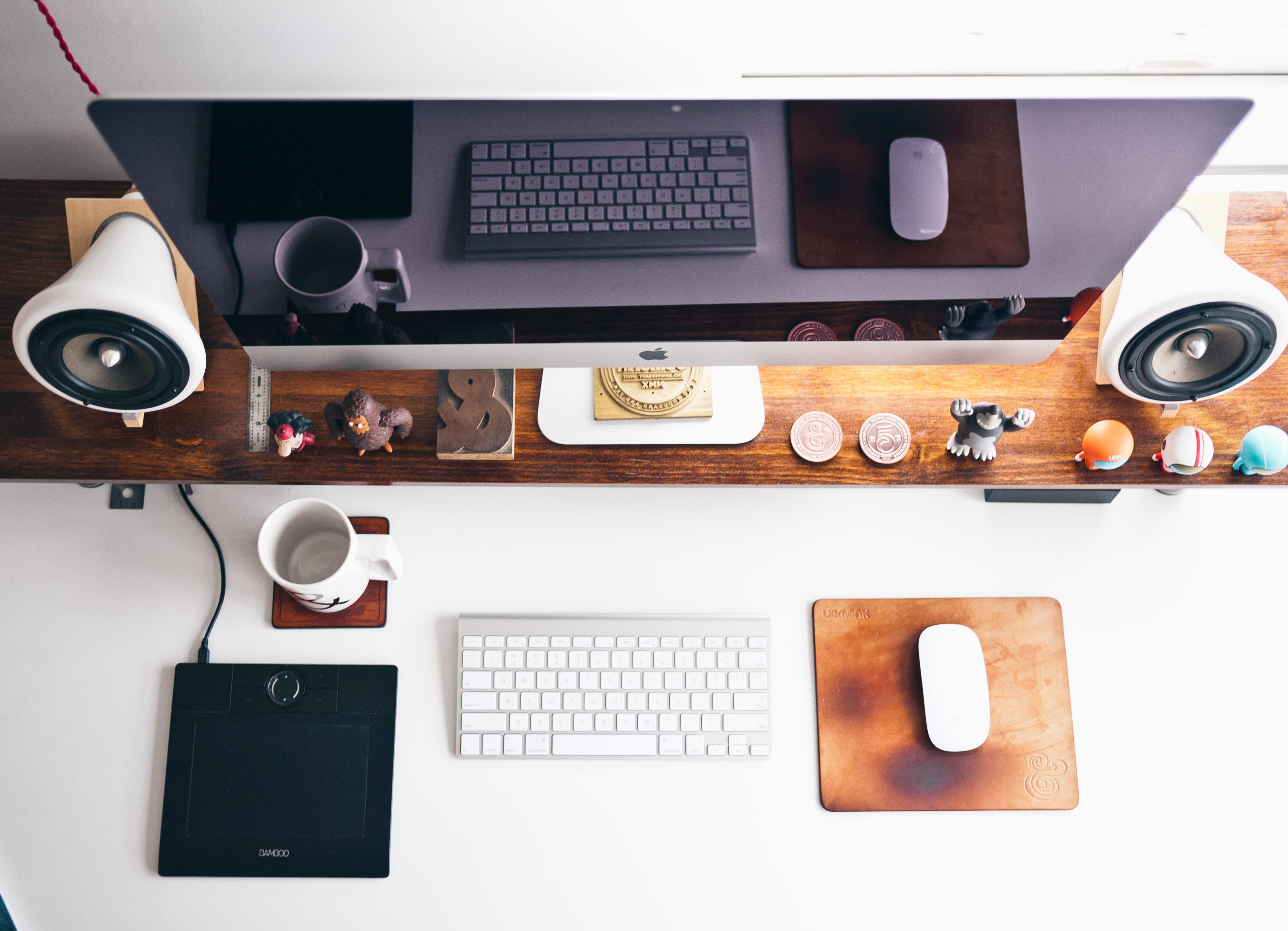 PC sestava Mac na pracovním stole