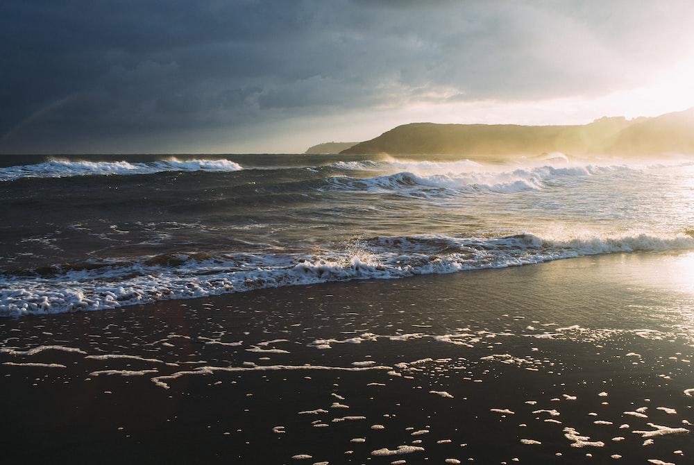 seawaves during sunrise