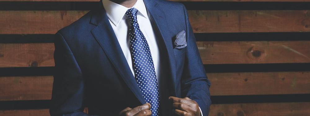 紺のスーツを着た男