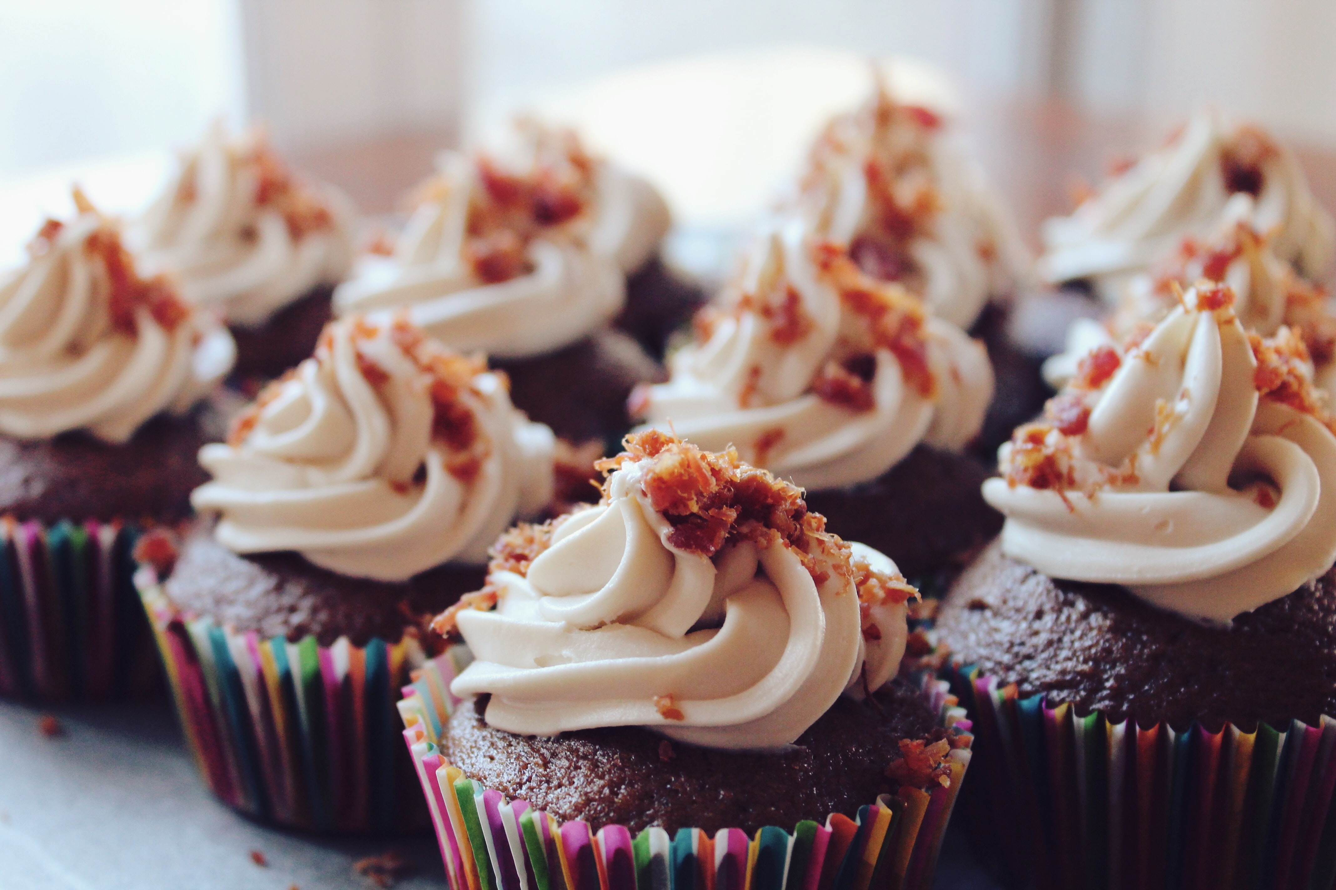 close-up photography of cupcakes