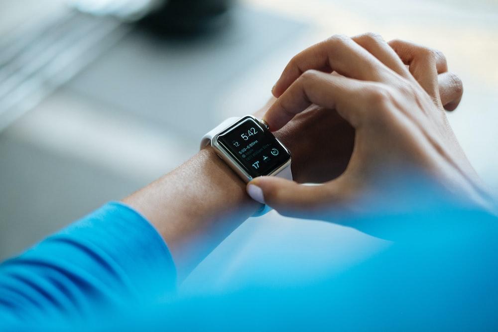 Apple Watchスマートウォッチをクリックする人