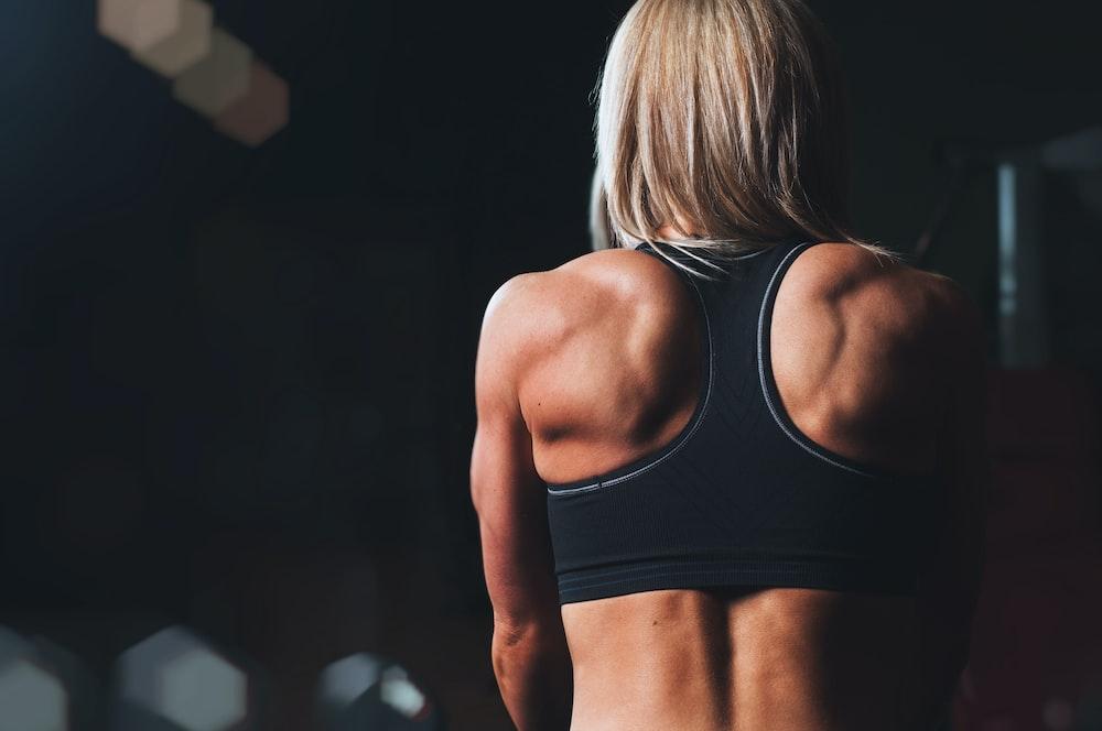 正面選択焦点写真に直面している黒いスポーツブラを着ている女性