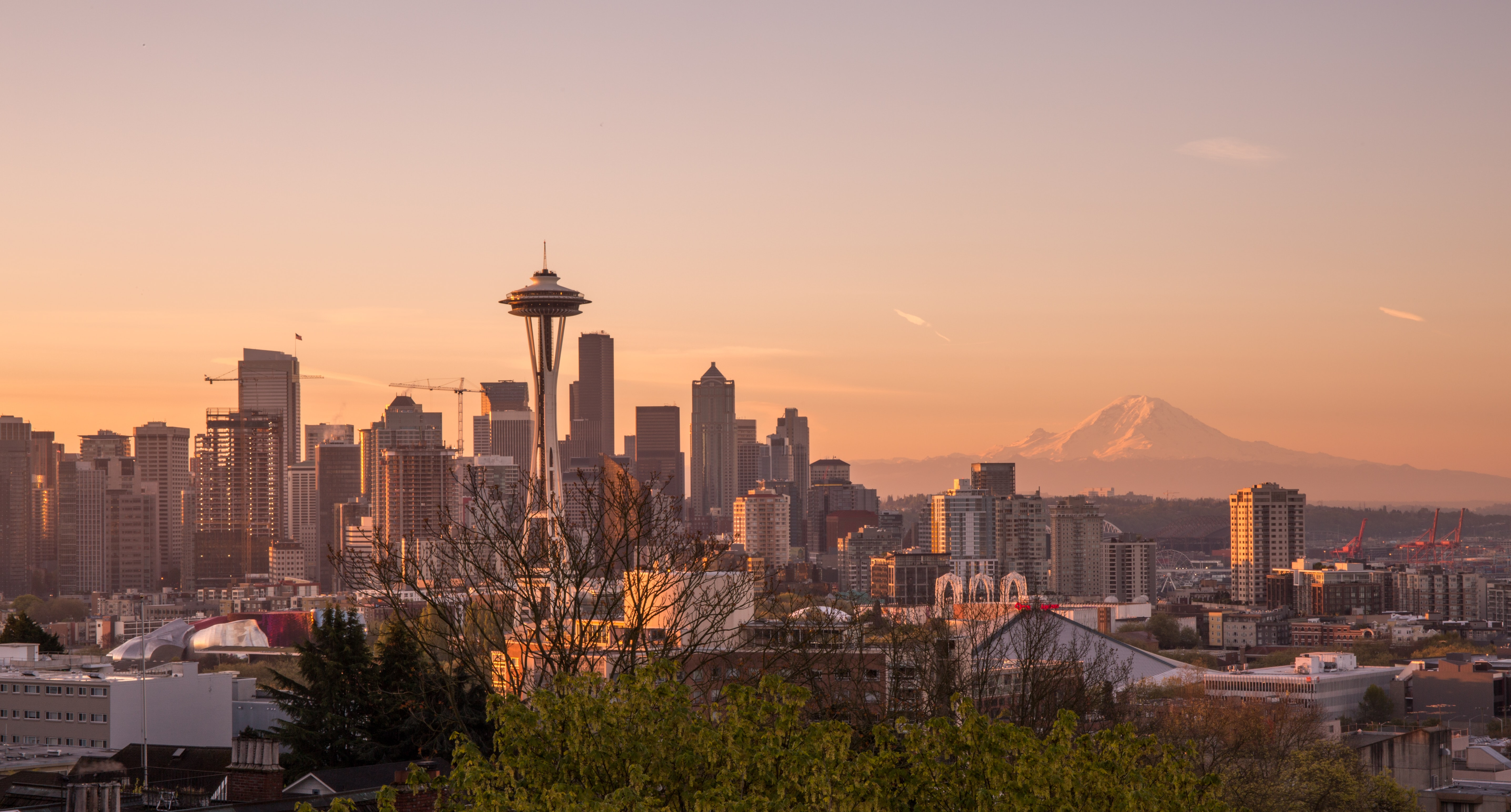 The skyline of Seattle with a view on a tall mountain on the horizon