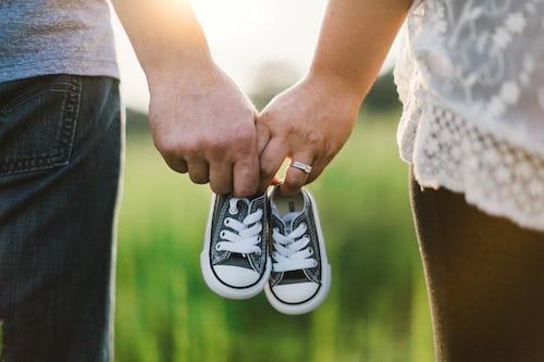 casal gravidez esperando o bebê nascer