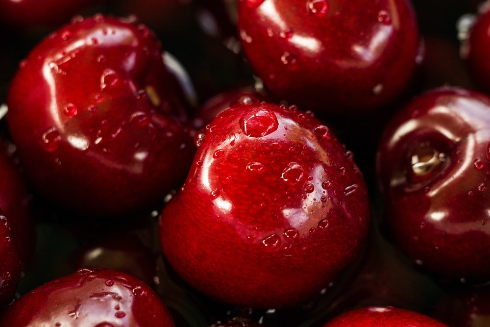 closeup photography of red cherry