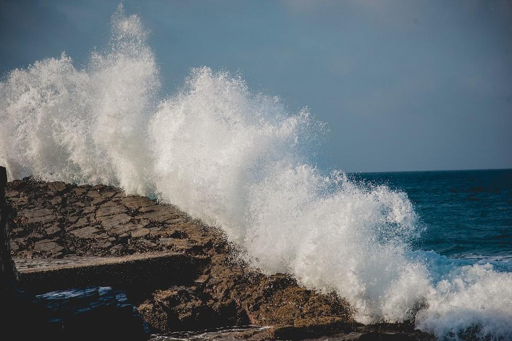 body of water splash on rocks