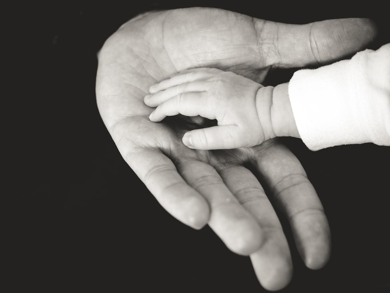 ôm ấp đứa trẻ thương tổn