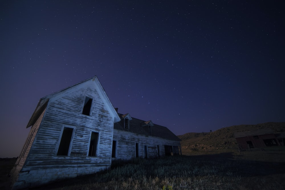 صورة لمنزل مظلم تماما من الداخل وسط ارض خالية من المنازل