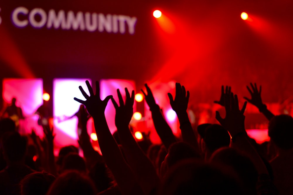 people raises hands