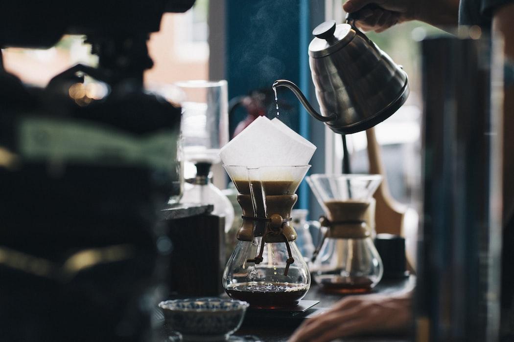 praca w kawiarni - parzenie kawy w chemexie
