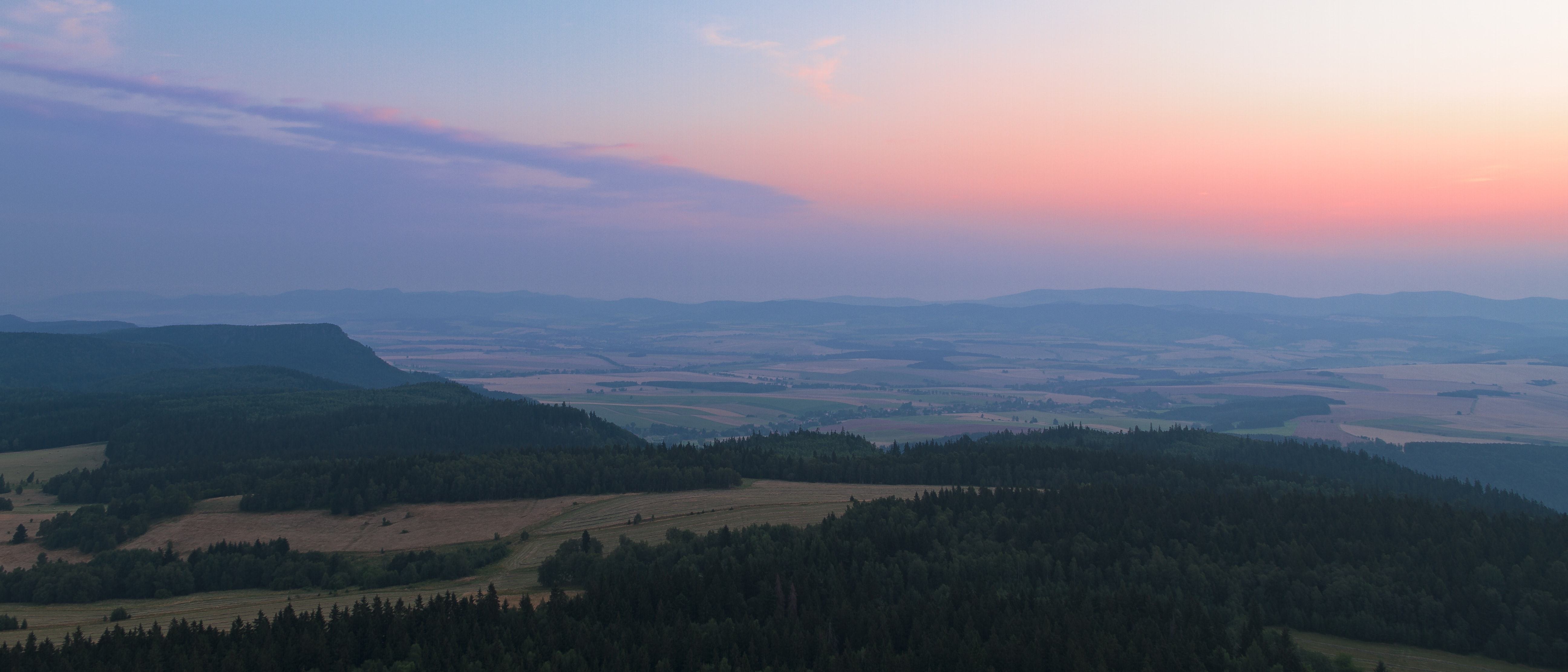 A sunset over the Szczeliniec Wielki landscape and forest