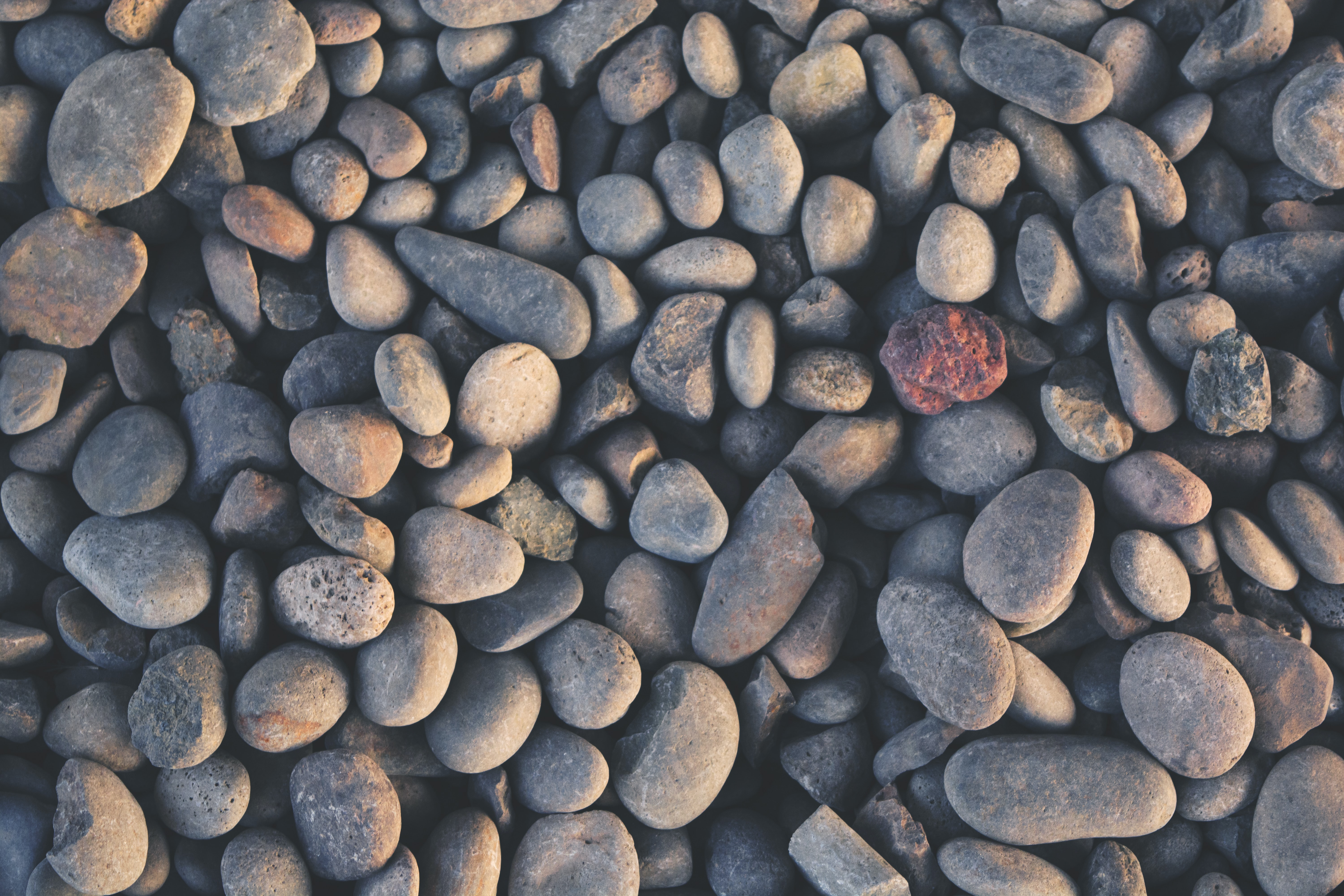 A top view of a layer of rounded pebbles