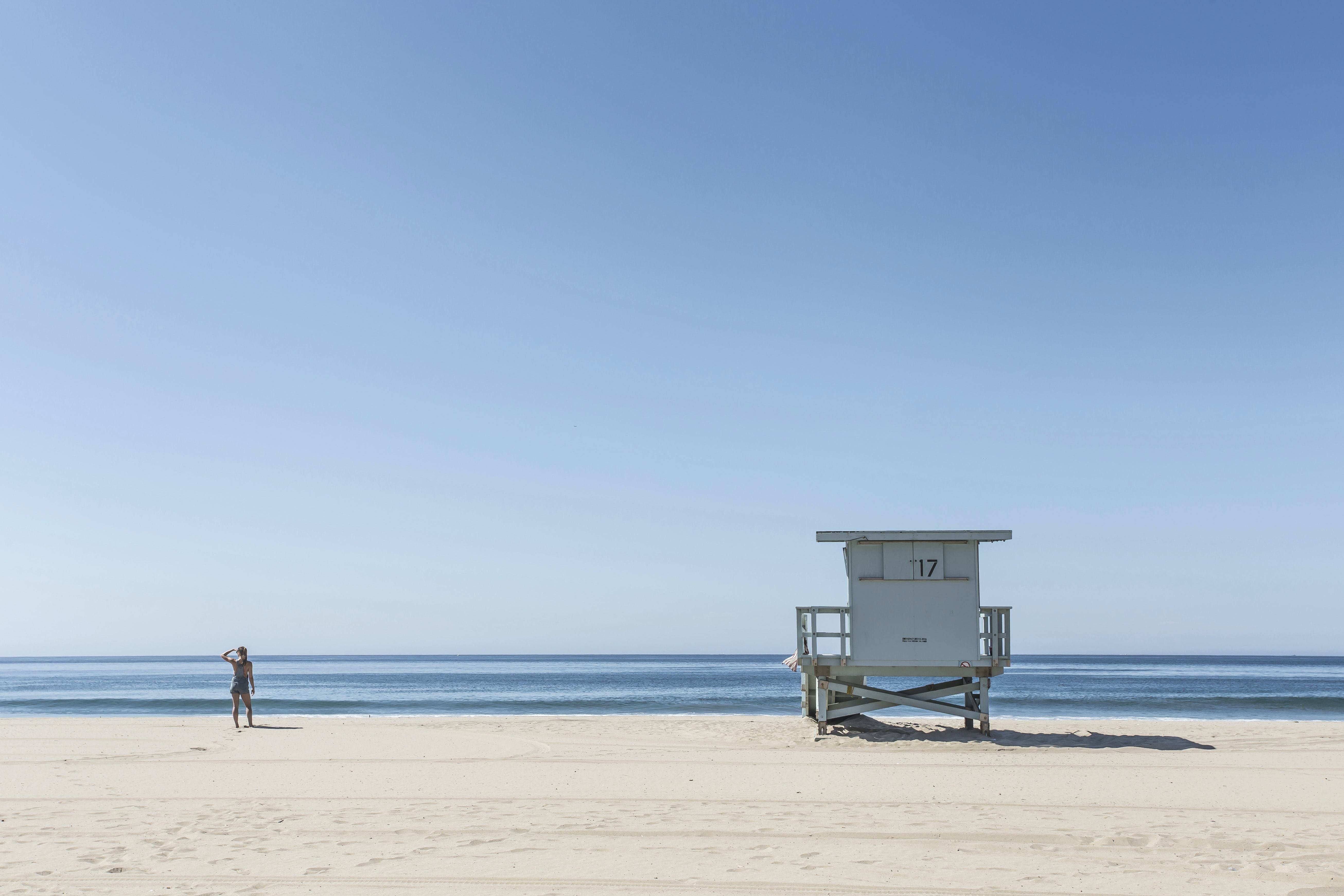 Lifeguard stand in tranquil beach photo of ocean and shoreline in a summer day