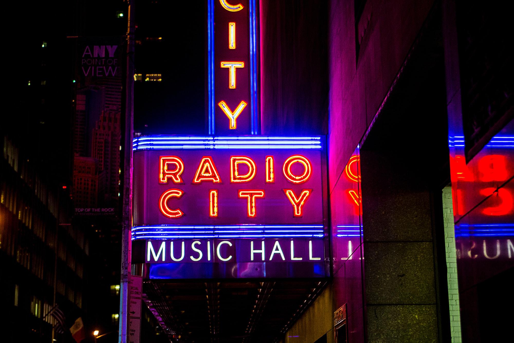 Вход в Radio City Music Hall ночью. Фотографирование вывесок