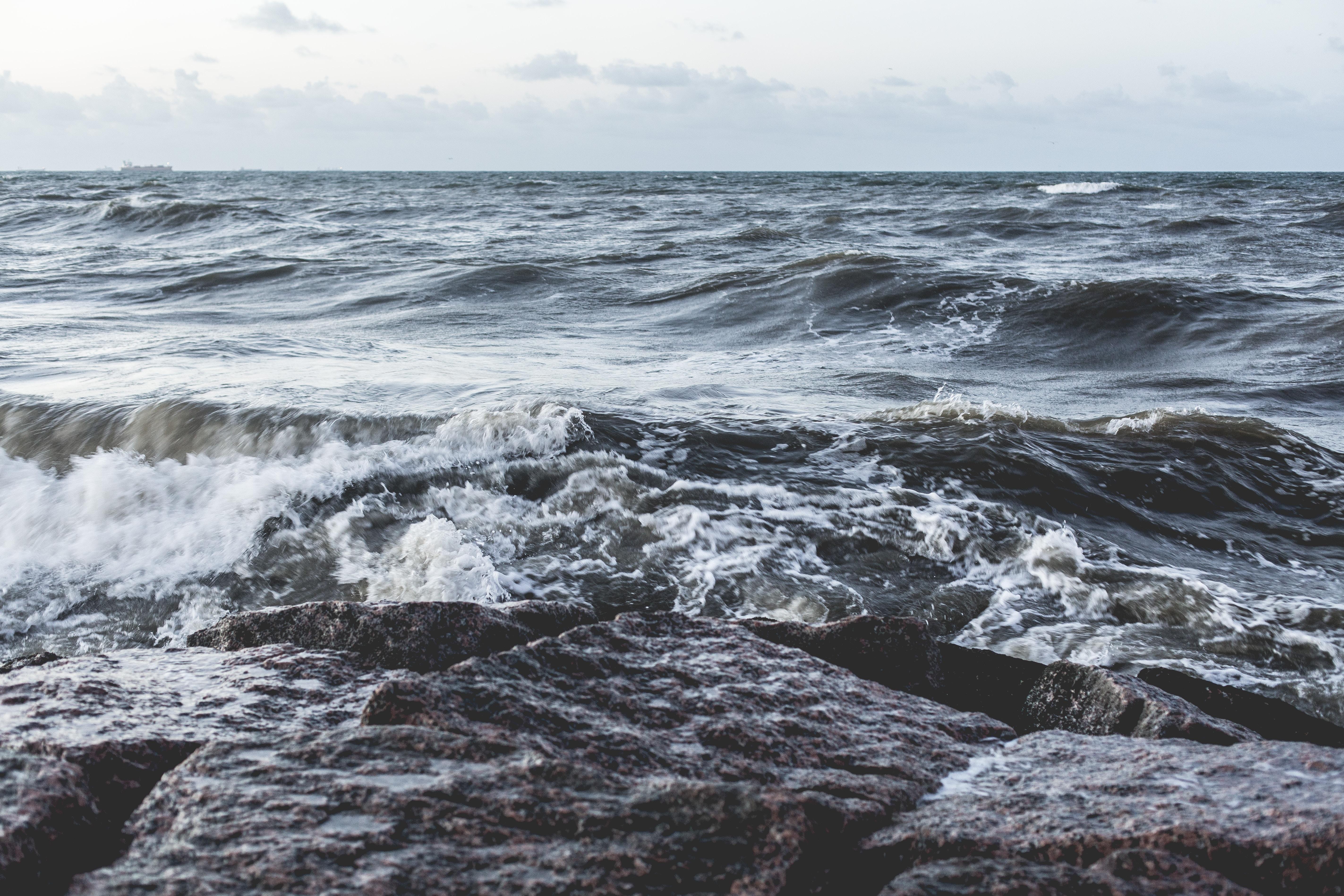 waves of ocean during daytime