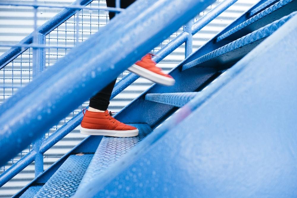 青い階段を踏む人