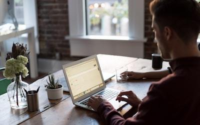 Quer criar você mesmo um site profissional sem contratar uma empresa especializada pro job?