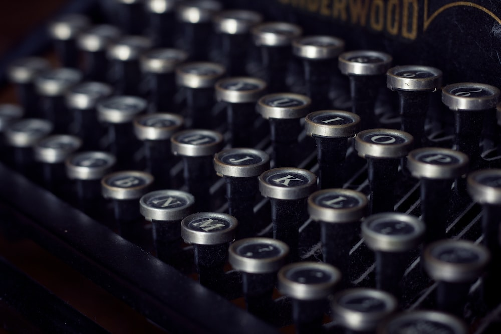 black and gray Underwood typewriter closeup photography