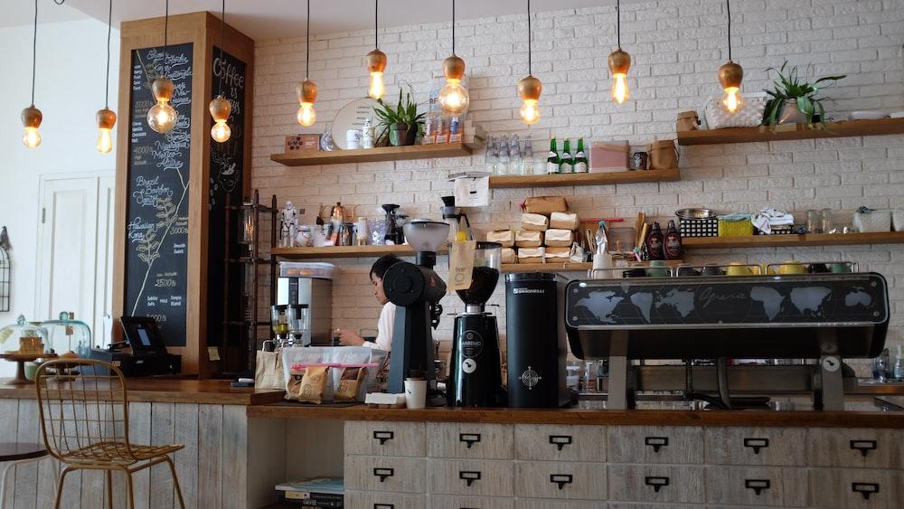 barista in un coffee shop shabby chic