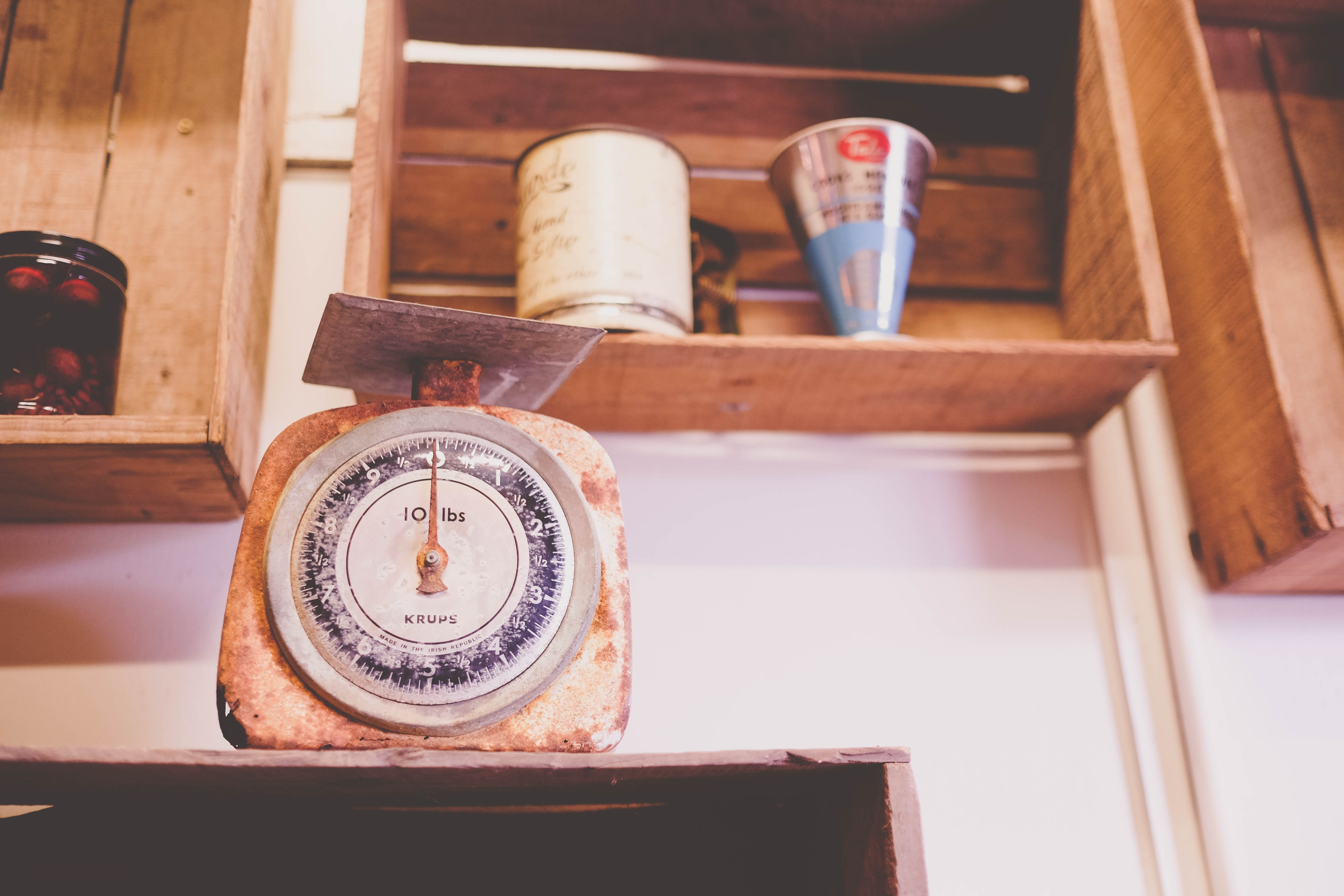 closeup photography of brown analog scale