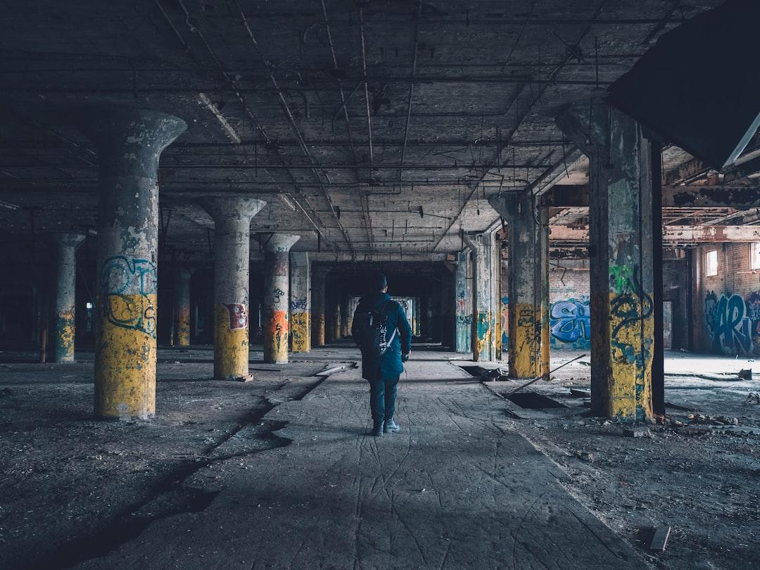 Человек, идущий коридоре в дневное время