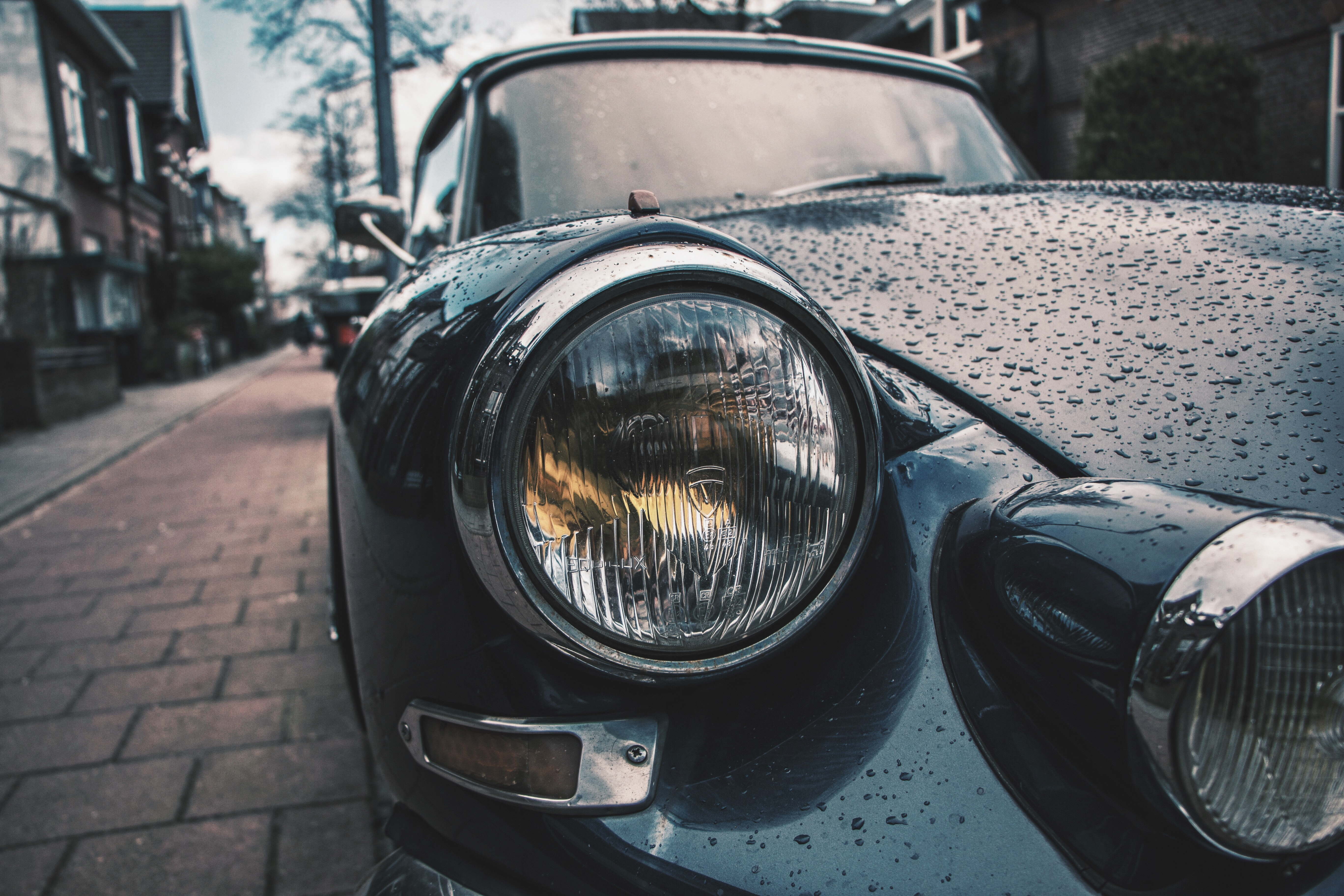 The headlight of the vintage car in the rain.