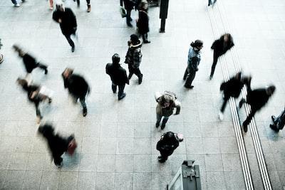 道を行きかう人々を上空から見下ろした様子