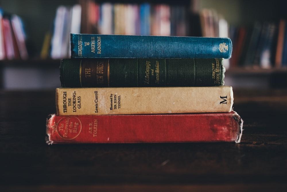 茶色の表面に4種類の本を読んで