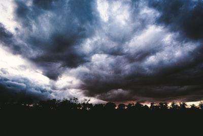 2210. Viharfelhők