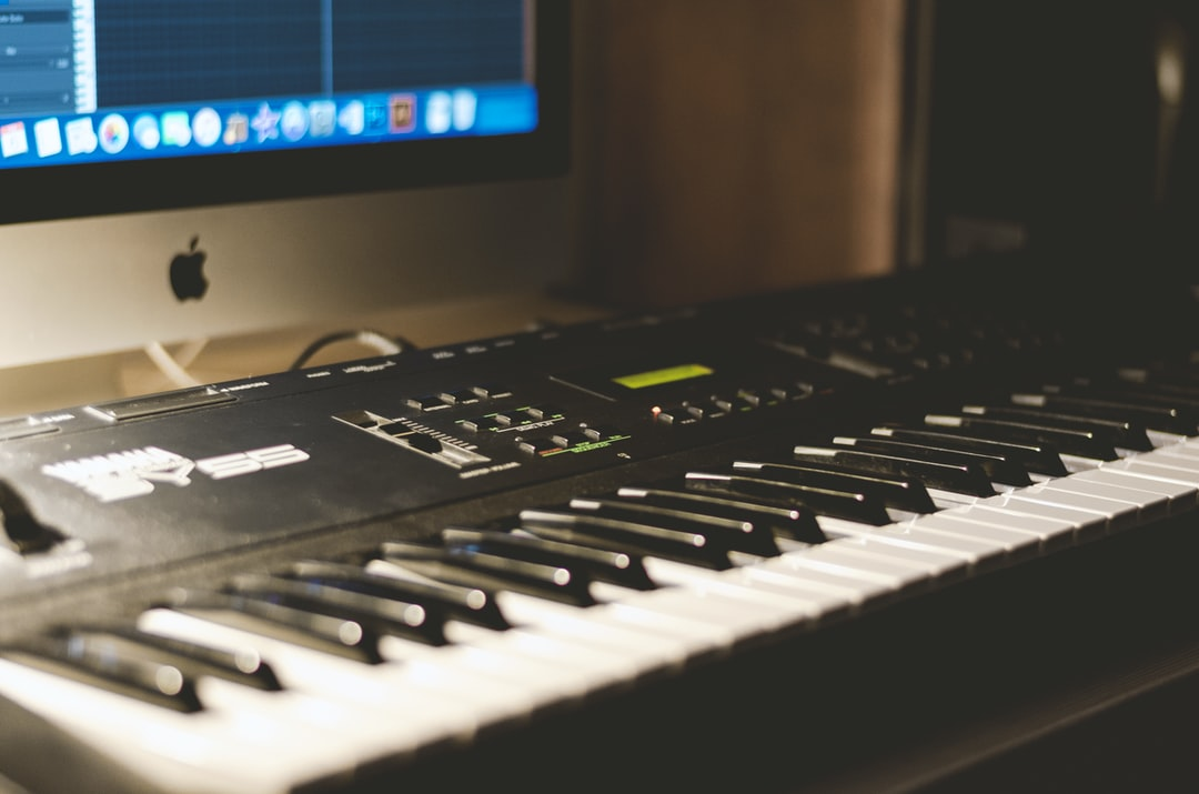 music piano synthesizer and imac hd photo by henry be henry be on unsplash. Black Bedroom Furniture Sets. Home Design Ideas