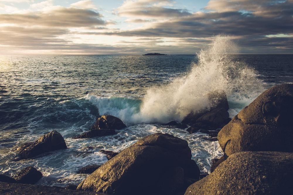 body of water flash on rocks