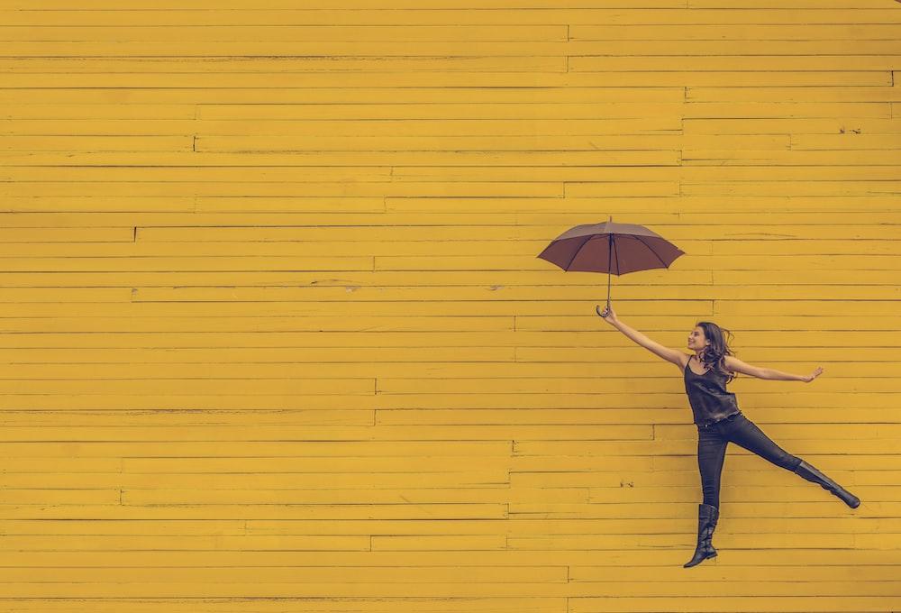 茶色の傘を保持している女性
