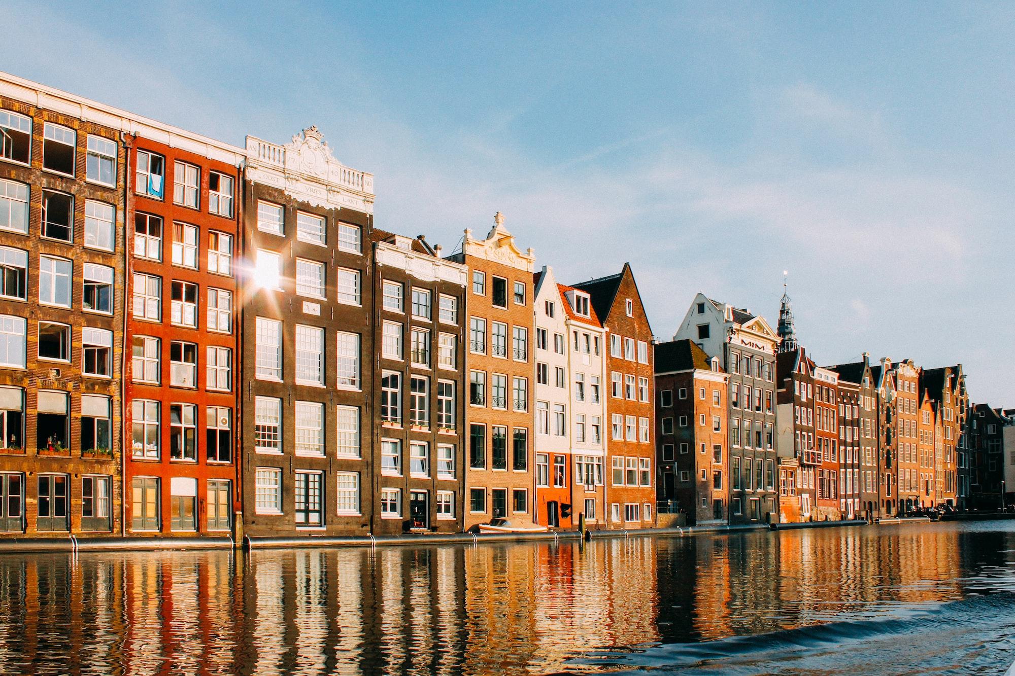 Immeubles et canal à Amsterdam aux Pays-Bas