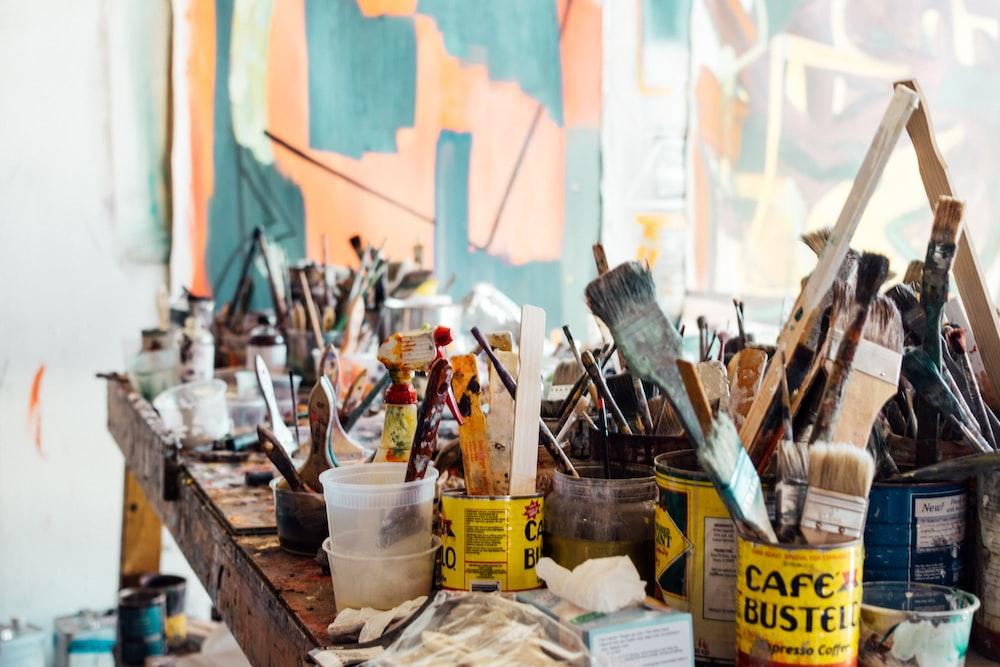 棕色木製桌面上的什錦的油漆刷