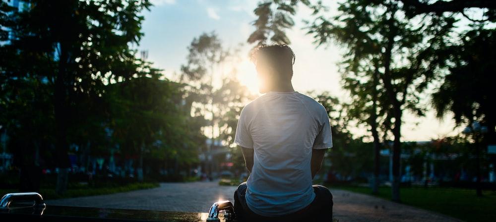 道路に座っている男