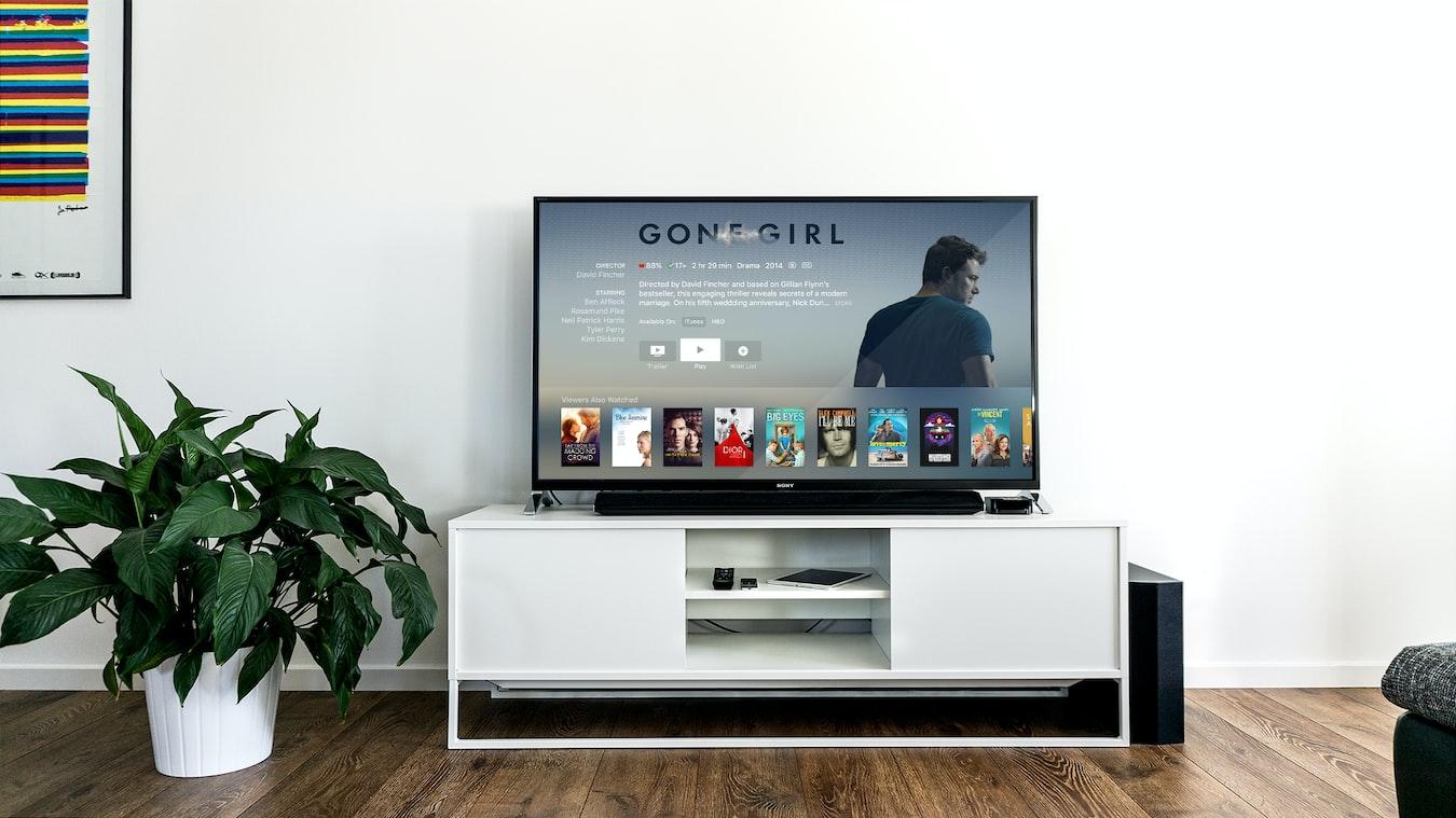 sledování filmu na LED televizi