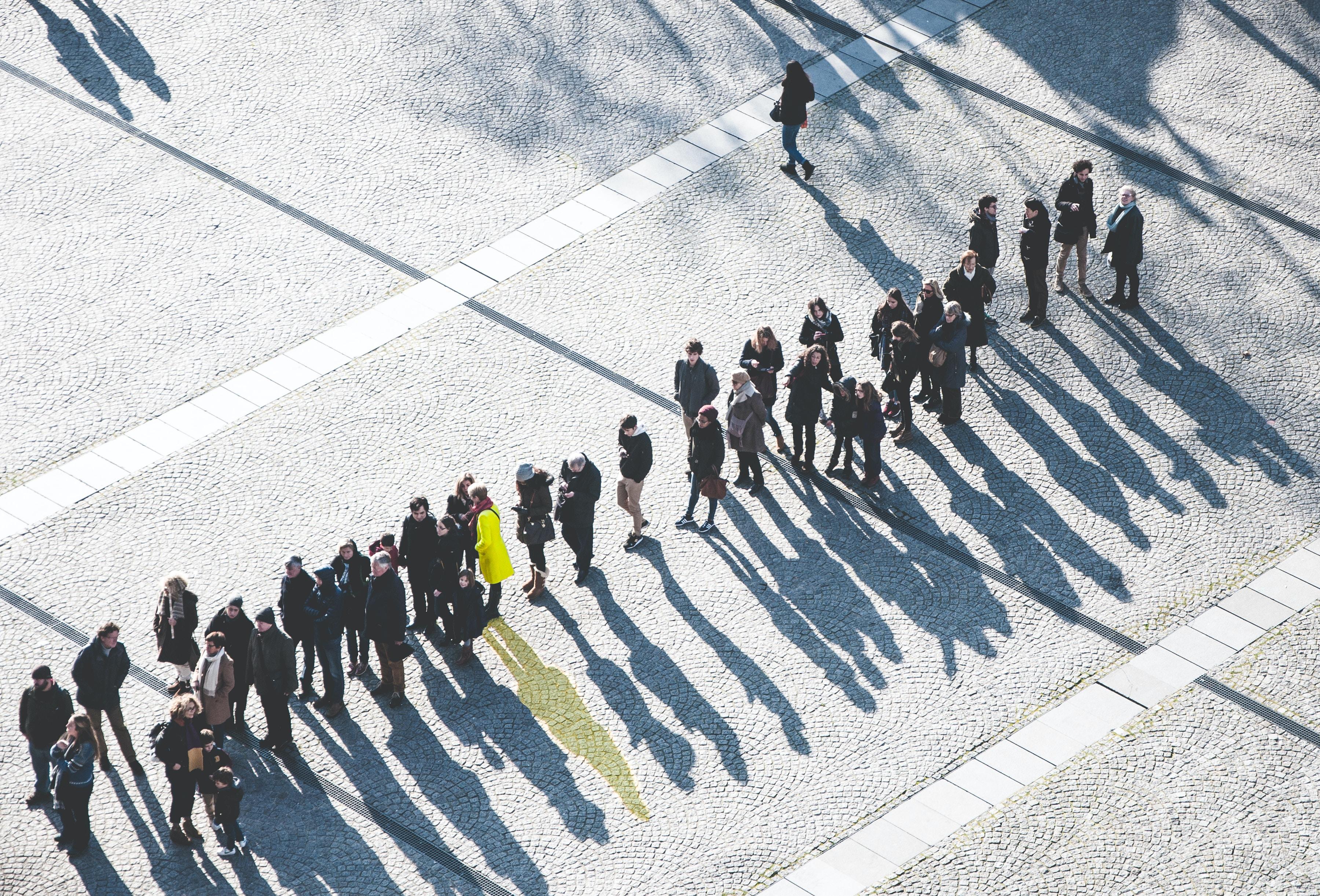 「排隊」讓消費者心理產生要「多買一些」的衝動 - 失落花園|林俊成 臨床心理師