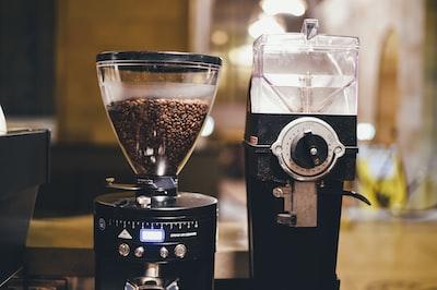 coffe,machin,grind,coffe,bean,to,make,coffe,in,coffe,shop