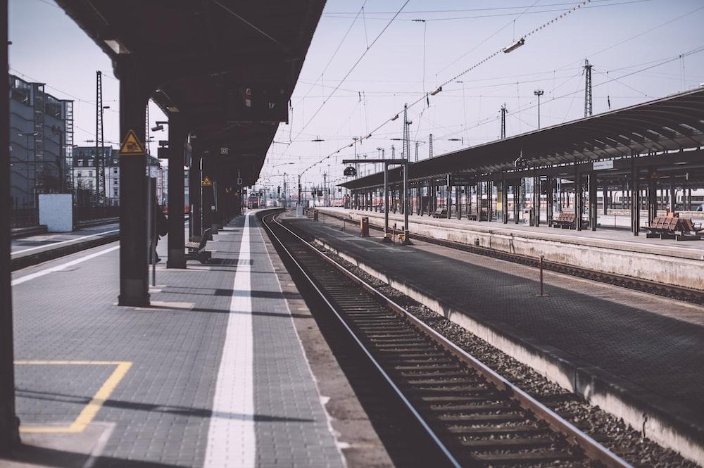 train rail road during daytime