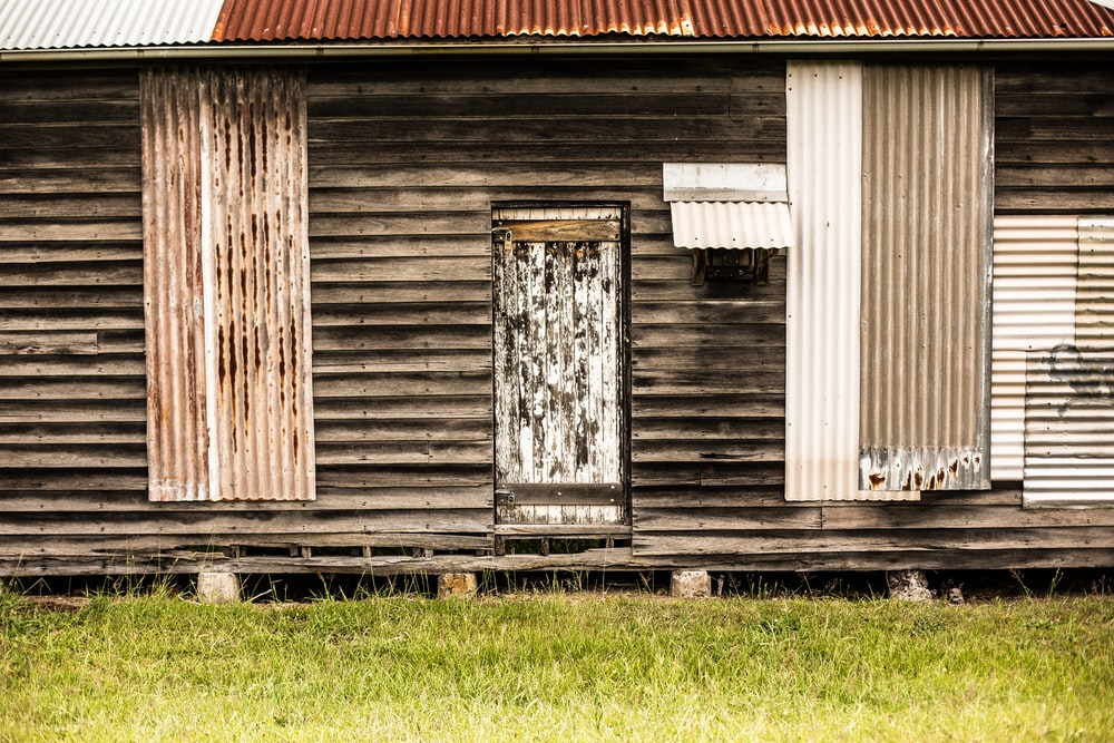 shallow focus photography of brown wooden house